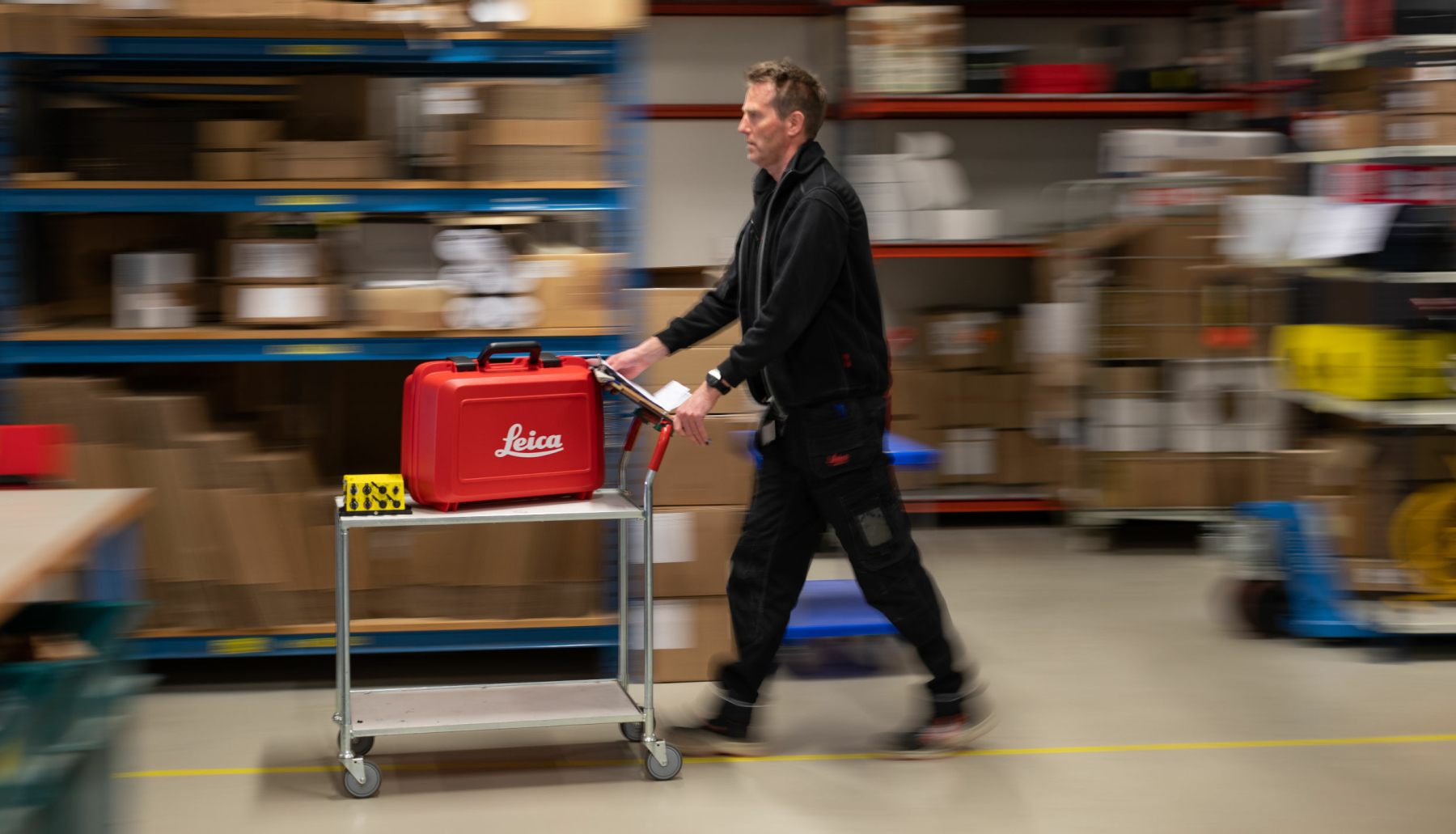 <strong>KNIRKEFRITT:</strong> På lageret sørger Rogeir Gotheim for at deler og utstyr er på rett sted til rett tid.