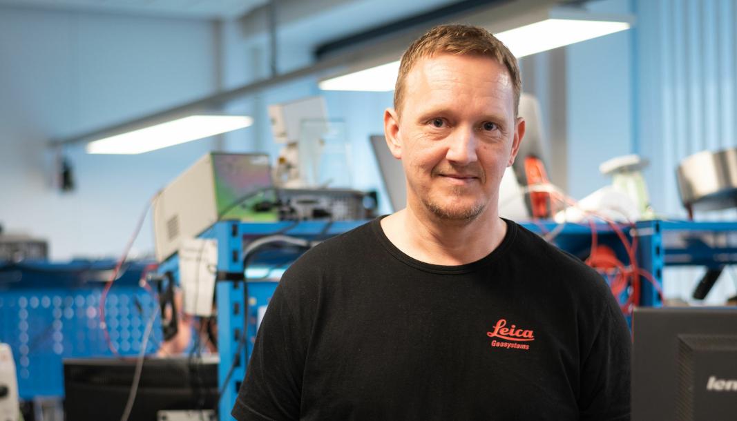 AVANSERT TEKNIKK: Frode Bakken leder service-teamet som håndterer noen av verdens mest avanserte maskinstyringssystemer.