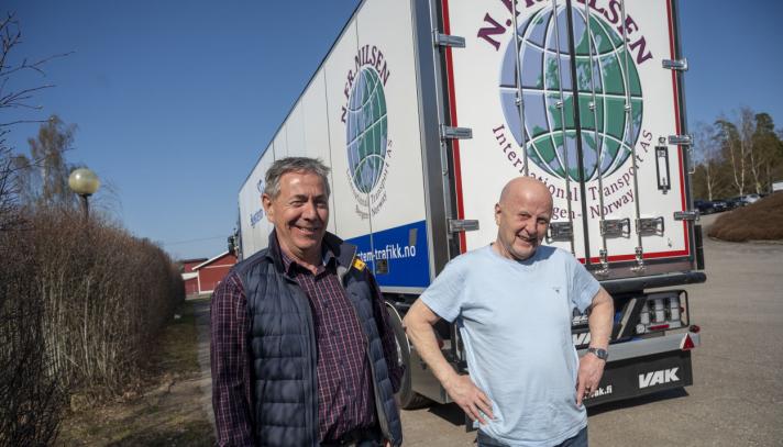 HENGER: Nils Fredrik Nilsen har før første gang kjøpt henger fra finske VAK. Han og VAK-selger Geir Strande kjenner hverandre helt tilbake til Sties-tiden.