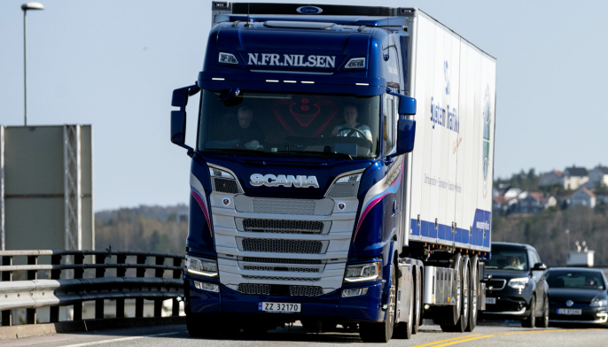 PÅ TUR: Nils Fredrik Nilsen er på vei ut med sin nye bil og henger for første gang.