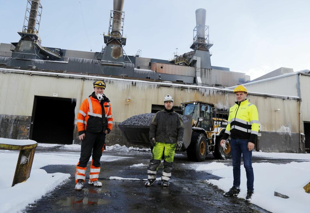 SAMARBEID: Lars Eriksen (f.v.) og hans Sørreisa Maskinteam AS har kontrakt med Ted Olufsen og Finnfjord AS mens Stian Rundmo og Pon Equipment leverer Cat-maskiner til jobben. Foto: Klaus Eriksen