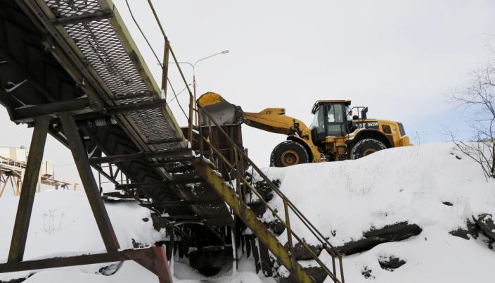 RÅVARER: På baksiden jobber denne 962M-lasteren «livet av seg» for å forsyne fabrikken med nok råvarer til produksjonen. Foto: Klaus Eriksen