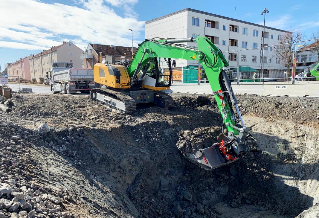 OSLO ØST: Liebherr-maskinen tar et skikkelig tak av varene i gropa på Lambertseter i Oslo. Her skal det brukes elektriske maskiner. Foto: Klaus Eriksen