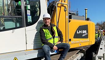 UTLEIE: Steinar Hansen i Machine Partner AS har skaffet en elektrisk Liebherr-graver for utleie. Agro Anlegg er første kunde på maskinen som jobber ved Skøyen i Oslo. Foto: Klaus Eriksen