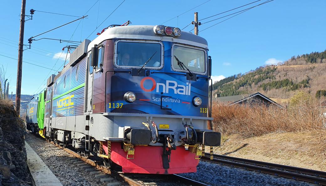 Bilde fra da Onrail testkjørte lokomotivet på vei fra Oslo til Åndalsnes. Her har toget et stopp på Fåberg langs Dovrebanen. Lokomotivfører i Onrail, Mona Johanne Samdahl er fotograf.