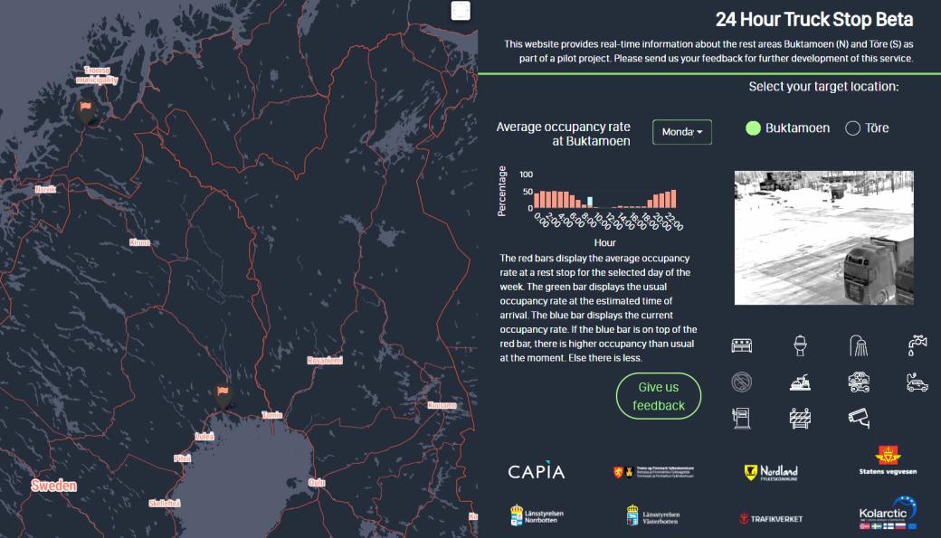 """På nettsiden <a href=""""https://24hourtruckstop.com/"""">24hourtruckstop.com</a> kan man få oversikt over hvordan det ser ut på døgnhvileplassene man planlegger å hvile på. Buktamoen i Norge og Töre i Sverige er først ut med systemet. Nå skal det bli mange flere i Nord-Norge og ellers i Barents-regionen."""