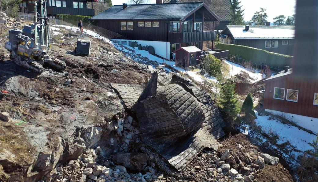 UTFORDRENDE: Tomter som denne i Holmenkollen hvor det er hus på alle kanter og svært bratt terreng er det gutta i Øst Fjellsprengning trives aller best med.