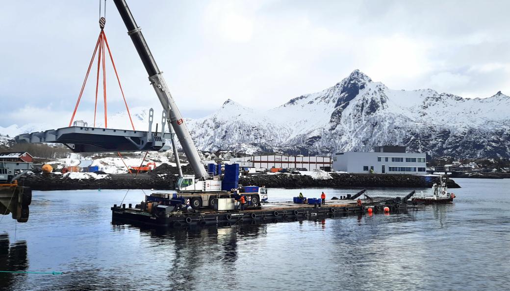 Her er Leif Olav Jensen fra Scandinavian Tug Service AS på plass i førerhuset på 400 tonneren til Taraldsvik Maskin. Dette er et av de tyngre elementene. Vi ser også en av de to båtene som bidro med å flytte lekteren. Disse tilhører Skarvik AS.