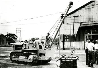 KRAN: Her benyttes en D30 fra 1956 som basismaskinen til en kran. Foto: Komatsu