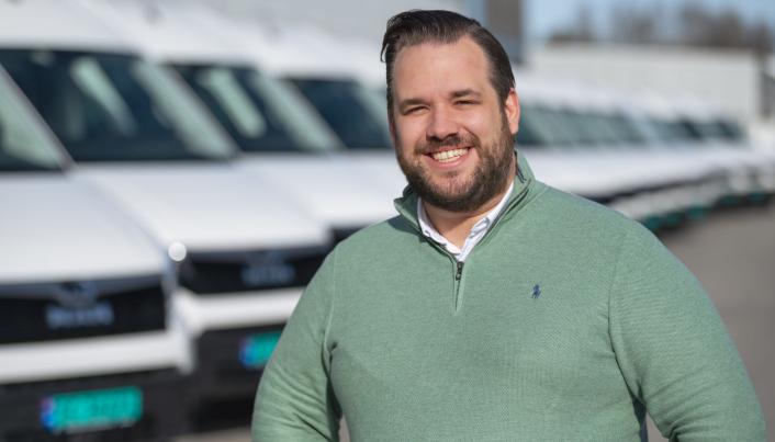 Selger Christoffer Skjerven hos MAN Truck & Bus Norge hadde god grunn til å smile da 17 MAN eTGM var klare for levering til DB Schenker.