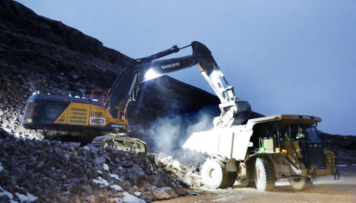 OPPLASTING: Volvos største gravemaskin, EC950F, mater en Cat-tipptruck med kvartsitt.