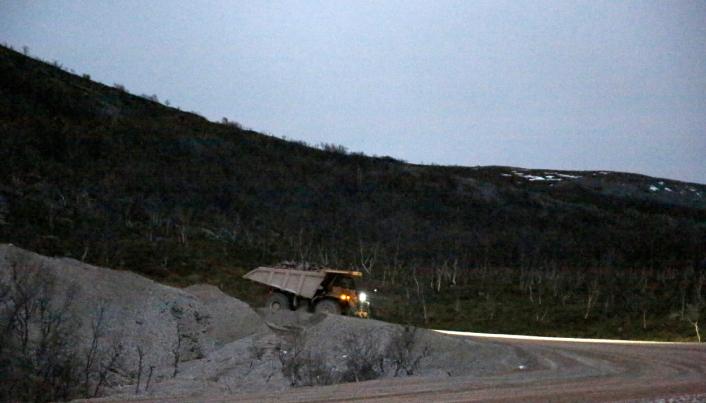 BRATT: Tipptruckene må tåle stor påkjenning når de kjører ned fjellsidene i Austertana med fulle lass.