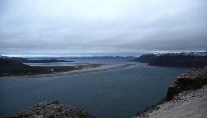 SPESIELL UTSEILING: Sundet ut fra Elkem-gruven er trang og grunn, og båtene må gå ut kun når det er høyvann.
