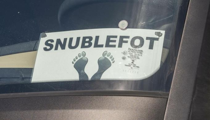 SELVIRONI: Du mangler ikke selvironi når du har dette skiltet i frontruta.
