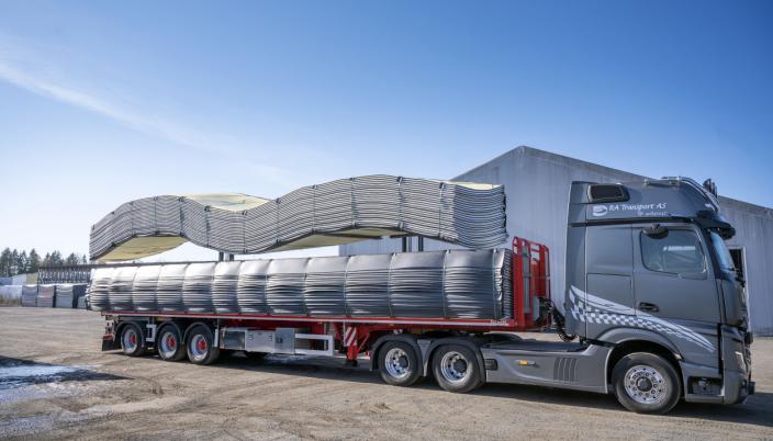 FLERE: Når de lengste mattene skal lastes, er det tre trucker som løfter samtidig
