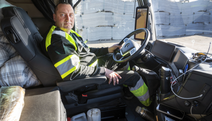 GASS-BREMS: Selv om Ronny Andersen bruker gass og brems på et håndtak er pedalene intakte som i alle andre biler.