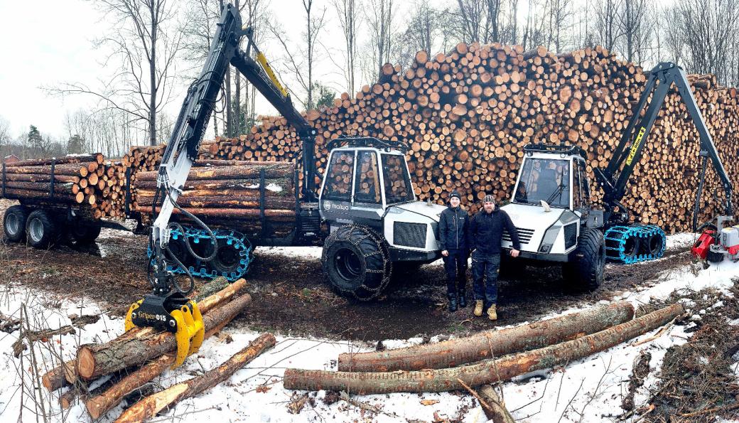 NATURRESERVAT: Hogsten på Adalstjern naturreservat nærmer seg slutten for Jon Lislien (t.v.) og skogsentreprenør Knut Erik Solberg, her med sine nye Malwa-maskiner. Fotos: Skogservice AS