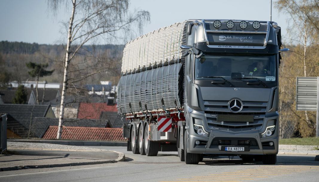 FØRSTE: Ronny Andersen var førstemann som fikk en Mercedes-Benz lastebil i denne gråfargen. Så kom Bertel O. Steen etter og plagierte på en demobil.