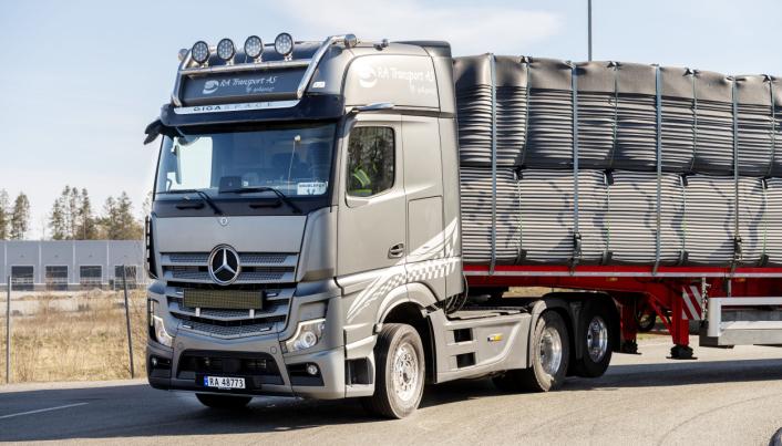 FØRSTE: Ronny Andersen var førstemann som fikk en Mercedes-Benz lastebil i denne gråfargen. Så kom Bertel O. Steen etter og «plagierte» på en demobil.