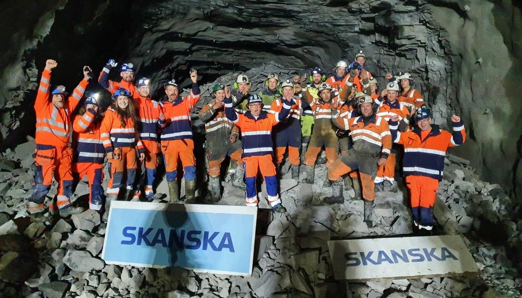 Jubel: En lykkelig gjeng med tunneldrivere på røysa. Klokken 12.00 i dag fyrte de av gjennomslagssalva og et nytt hull i Skavberget ble et faktum.