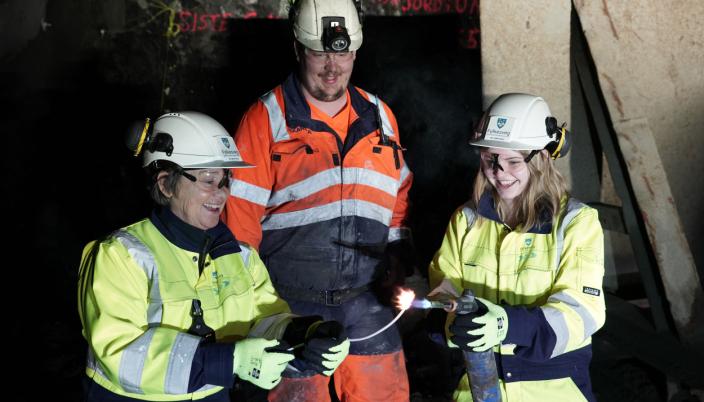 Ordfører Eva Vinje Aurdal, bas Bjørn Presthus i Skanska og elevrådsleder Frida Otterlei ved Haramsøy skole ved luntetenningen.