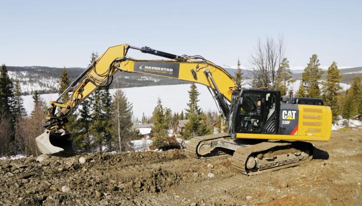 GÅLÅVATNET: Haverstad Entreprenør har kun Cat gravemaskiner i drift. Her en 330F med nydelig utsikt til Gålåvatnet som ligger 777 m.o.h. Foto: Klaus Eriksen