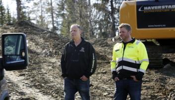 LANGT SAMARBEID: Pon-selger Tore Wistad (t.h.) var tidligere Pon-mekaniker og skrudde på maskinene til Rune Haverstad. Nå selger Wistad Cat-maskiner til Haverstad. Foto: Klaus Eriksen