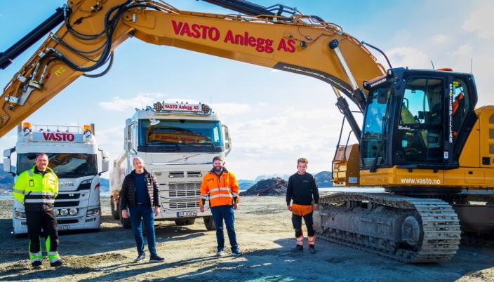 LEVERT: Pon-servicemekaniker Svein Ove Starheimsæter (f.v.) og Pon-selger Leif Helge Walgermo overleverte maskinen til daglig leder Joakim Valde og maskinfører Markus Bugge i Vasto Anlegg i april.