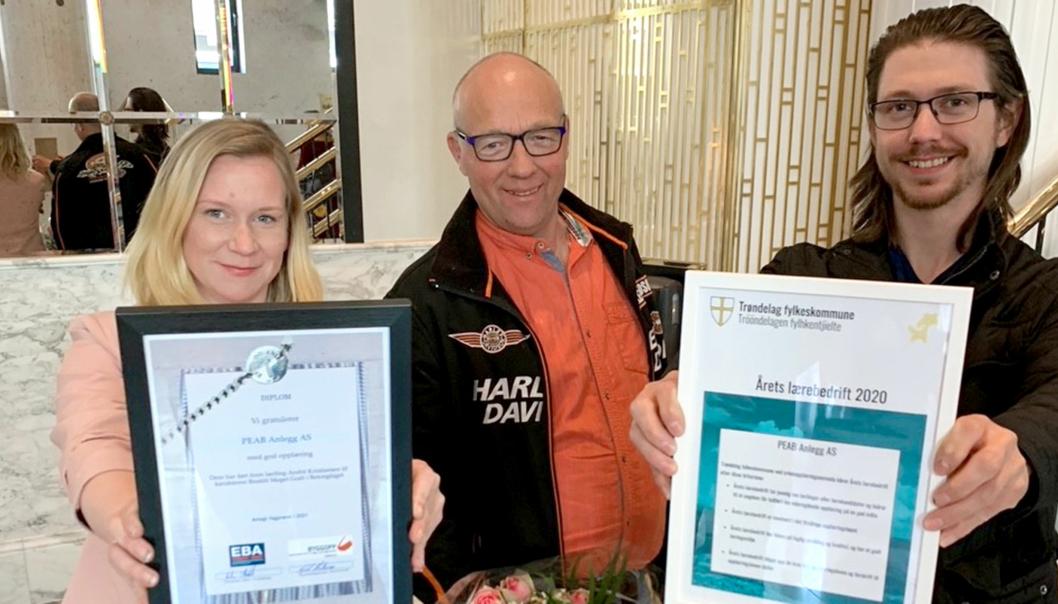 Peab Anlegg er Årets lærebedrift 2020 i Trøndelag. Personalkoordinator Cathrin Darell Rian, fagarbeider og fadder Egil Fredriksen og lærling Espen Svendsen tok stolte imot utmerkelsen fredag 30. april.