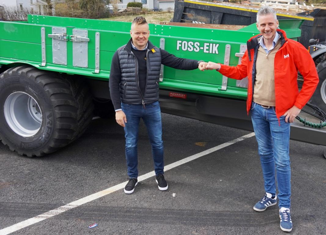 100%: Tor Kjetilson Moe (høyre) og Construction Equipment Group har kjøpt opp 100% av Foss-Eik. Einar Bilstad (venstre) blir med videre som daglig leder i selskapet. Foto: CEG