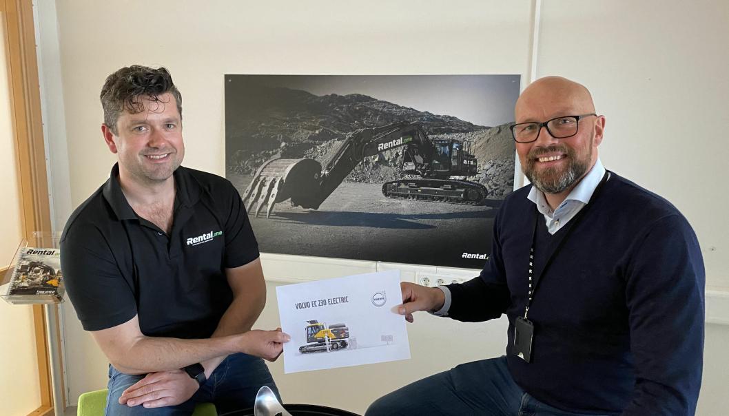 Daglig leder Svein Bø (t.h.) og innkjøpssjef Kjetil Friestad hos Rental.one har bestilt elektrisk Volvo-graver.