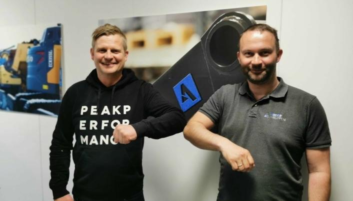«Håndtrykk» på covid-19-vis. Fra venstre: Kjell Arvid Løyning (Volvo Maskin) og Svein Arne Uppstad (Agder Rental).