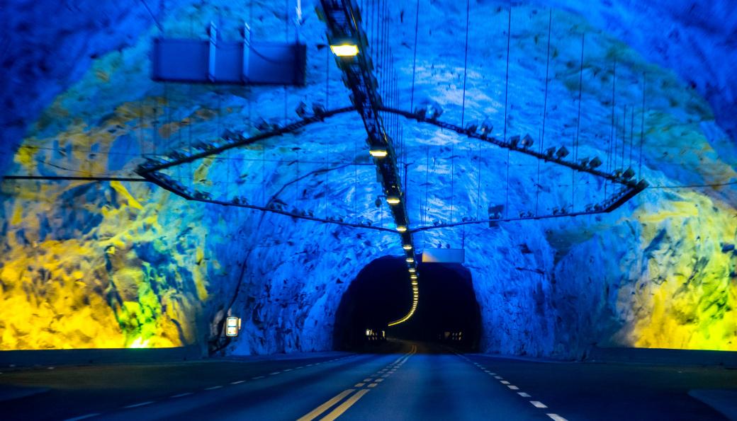 Lærdalstunnelen på E16 i Vestland, skal utbedres for for å møte EU-kravene til sikkerhet i tunneler.