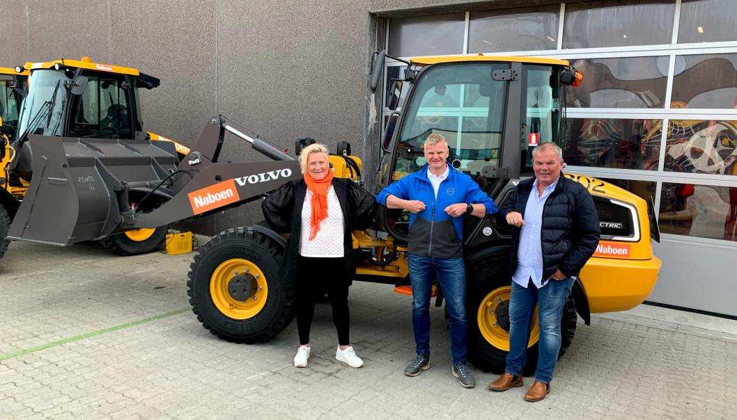 Nina Aasland (Konsernleder Naboen), Tor Anders Skjæveland (Distriktssjef Volvo Maskin) og Jone Ølberg <br>(Fleetmanager Naboen) med «korona-håndtrykk» på avtalen.