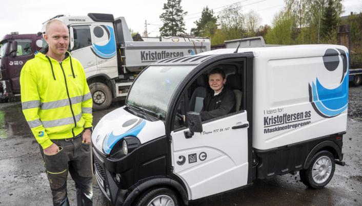 SELVHJULPEN: Dag Andre Bergan Hæhre (17) slipper å bli kjørt ut på jobb av sjefen Sven Kristoffersen etter at han fikk mopedbilen.