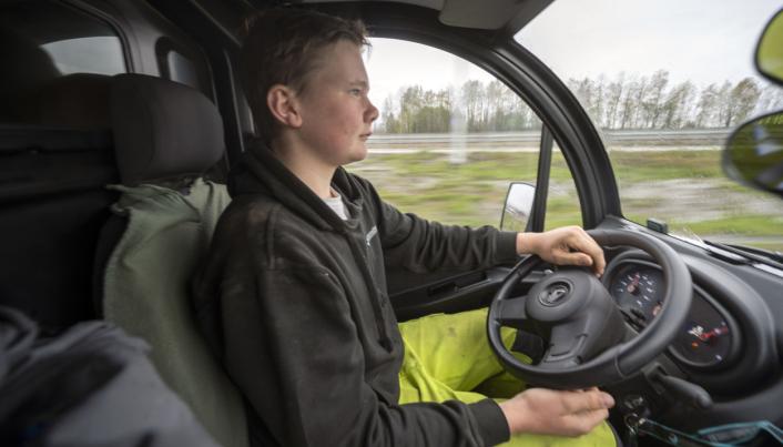 KOMFORT: Dager'n har nesten tre mils vei på jobb. I mopedbilen er det varmeapparat, radio og det meste annet 17-åringen trenger og ønsker seg.