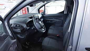 KOMFORT: Bilen har behagelige seter og er god og komfortabel. Det er enkelt å justere seter og ratt slik du ønsker.