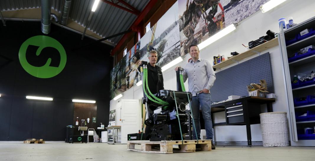 HAR FLYTTET INN: Tekniker Roy Rogstadmoen (t.v.) og daglig leder Stian Zachariassen i verkstedet/lageret i de nye lokalene til Steelwrist Norge AS. Foto: Klaus Eriksen