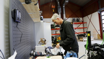 MYE PÅ VEIEN: Tekniker Roy Rogstadmoen er mye på veien og har masse utstyr i servicebilen sin, men det er godt å ha et hovedkontor å dra til også. Foto: Klaus Eriksen