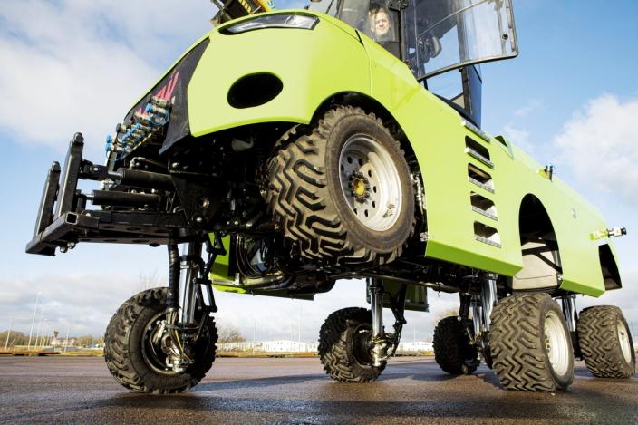 HJULSTYRING: Hvert av hjulene er festet på sylindre, og kan styres og heves individuelt.