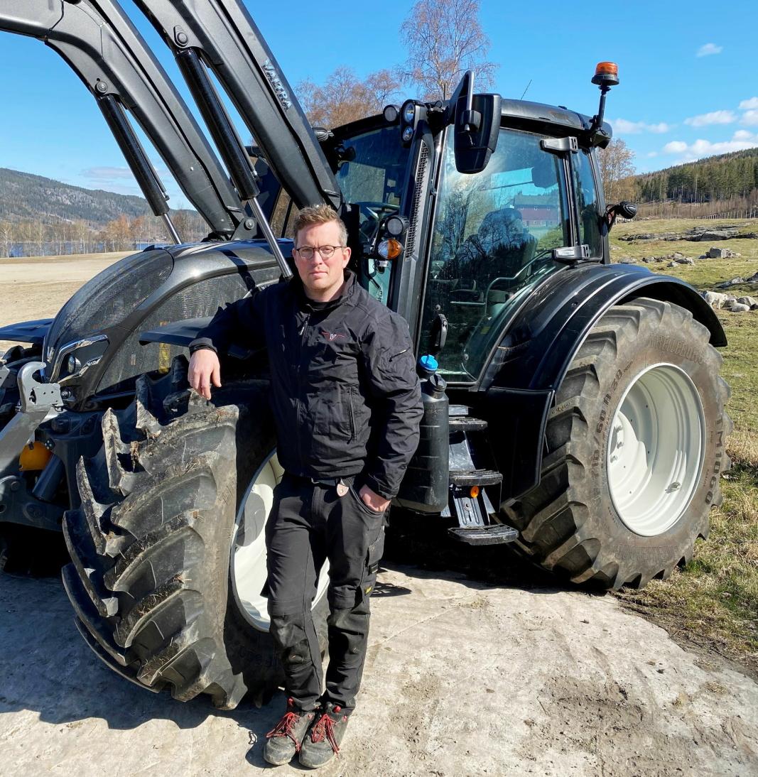 TESTET: Nils Sand, produktansvarlig/Valtra i Eikmaskin AS, her ved nye Valtra N175 som han har testet under våronna hjemme på gården i Søndre Land. Foto: Privat