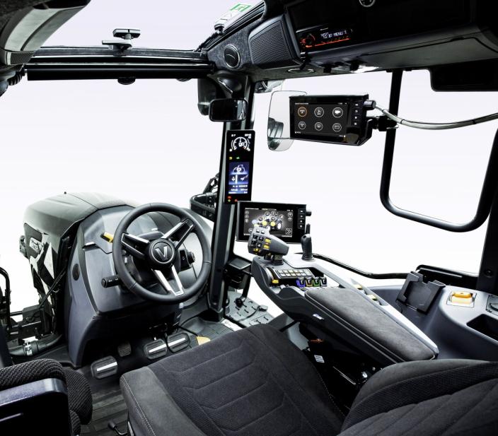 ENDRING: En av de mest synlige endringene i de nye N- og T-modellene er skjermen på A-stolpen. Den erstatter det tradisjonelle instrumentpanelet i dashbordet. Foto: Valtra