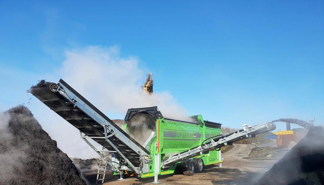 TROMMELSIKT: Neuenhauser NH6020 elektrisk trommelsikt i aksjon. Den 5,5m lange og 2m brede siktetrommelen med innvendig medbringer er utstyrt med 20x20 sikt til sikting av jord og kompost. En smart hydraulisk justerbar rengjøringsbørste holder sikteåpning åpen selv om massen er bløt og klebrig.