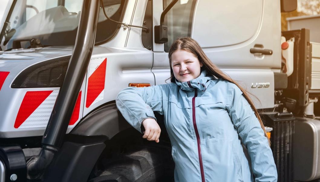 ELEV: Karina Reinås er av de som tar traktorlappen med den nye Mercedes-Benz Unimogen.