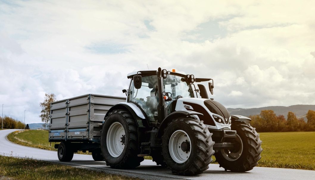VELGER: Noen av bondesønnene vil heller kjøre Valtra enn Unimog. De mener bare det er skikkelig traktor.