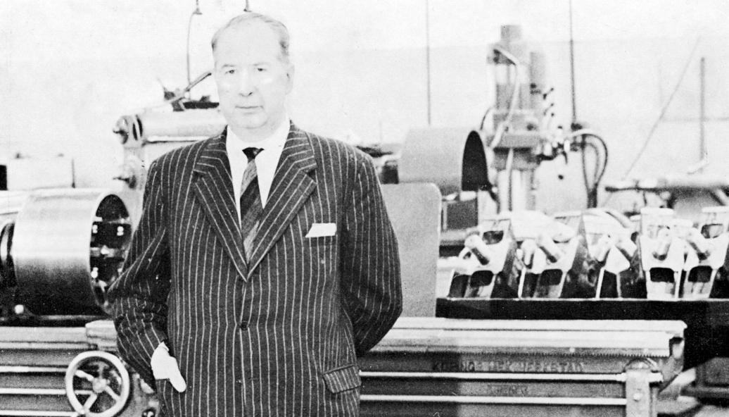 Herman Krefting, hadde stor interesse for biler og teknologi, her foran en maskin i verkstedet i 1968.
