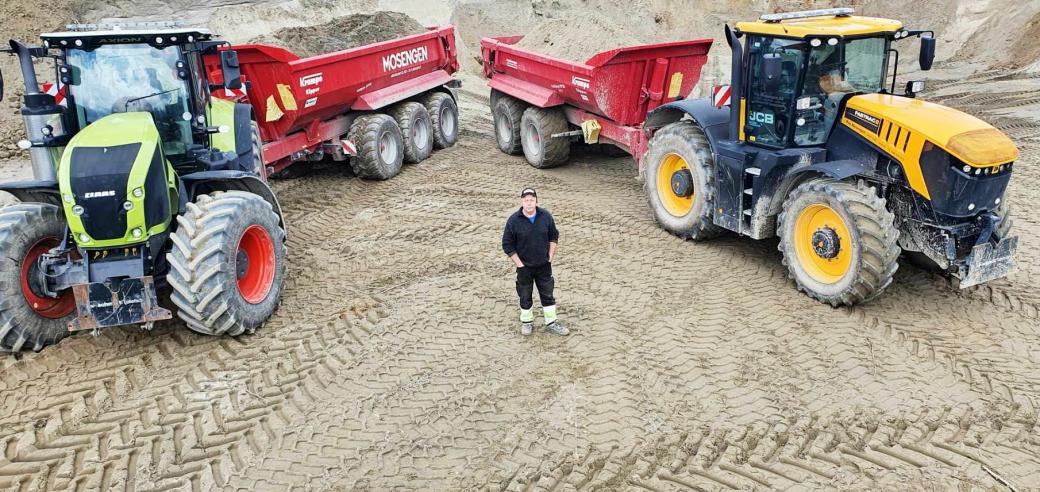 GROMME SAKER: Claas-traktoren til venstre har 450 hk å by på, mens JCB Fastrac-traktoren til høyre har 330 hk under panseret. Roy Mosengen trenger masse krefter til virksomheten på Hønefoss.
