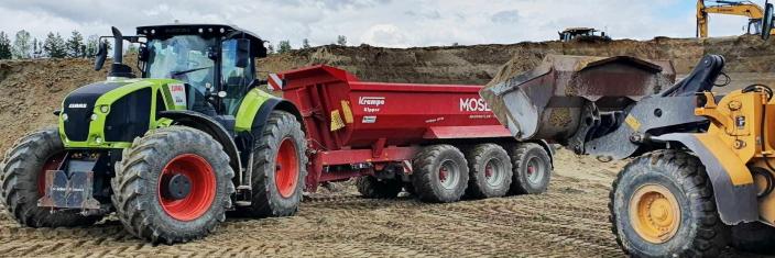 JORDPRODUKSJON: Traktorene kjører mye sand for Skaaret Landskap AS på Hønefoss. Sanden benyttes til jordproduksjon.