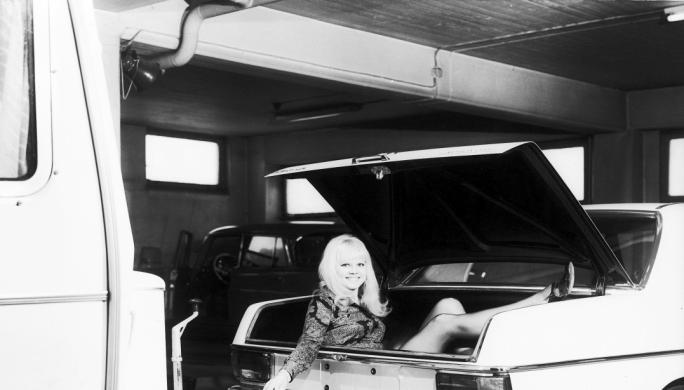 En modell har tatt plass i bagasjerommet på en Mercedes for å markedsføre et hengerfeste til personbiler. Gjennombruddet for disse må ha vært da Krefting overtalte SAAB til å legge inn en bestilling på 500 stykker. Disse hengerfestene solgte godt i mange år, men på 1990-tallet ble denne delen av virksomheten solgt til Brink.
