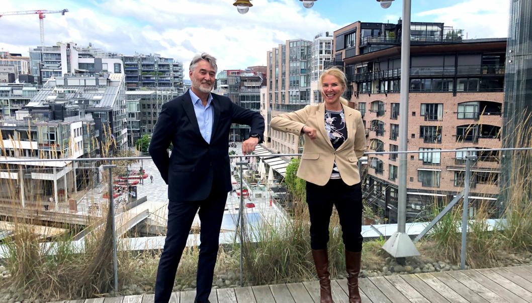 Koronavennlig «håndtrykk» ved signering av kontrakt. Adm. direktør i Rias, Bjørn Aage Innstrand og adm. direktør i Mesta, Marianne Bergmann Røren.